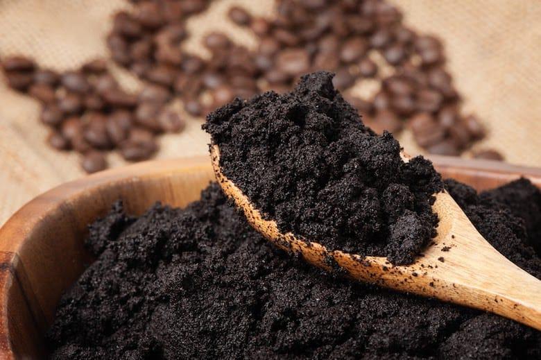 Sử dụng bã cà phê để khử mùi tủ lạnh
